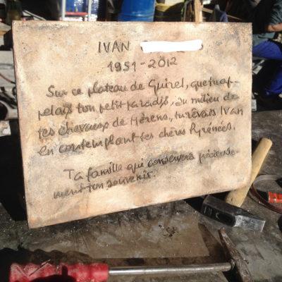 Plaque commémorative texte à la main  en relief